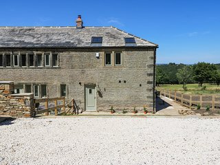 OAK COTTAGE, barn conversion with golf course views, near Meltham