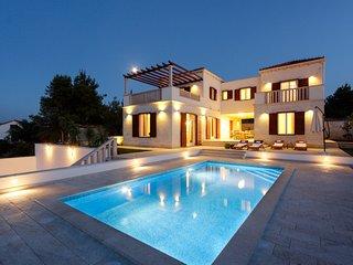 4 bedroom Villa in Splitska, Splitsko-Dalmatinska Zupanija, Croatia : ref 563951