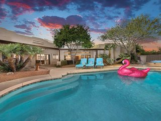 NEW LISTING! Elegant, dog-friendly getaway in the desert, pool, hot tub, firepit