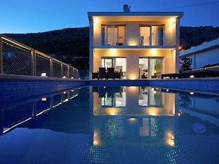 4 bedroom Villa in Jesenice, Splitsko-Dalmatinska Županija, Croatia : ref 563952