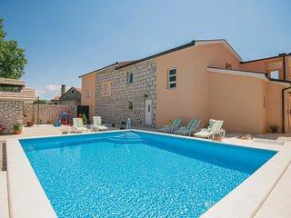 4 bedroom Villa in Todorici, Splitsko-Dalmatinska Zupanija, Croatia : ref 555094