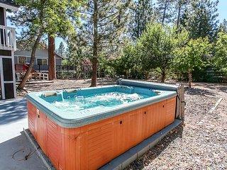 ~Bluebird Bear~Hot Tub~Game Room Garage~Walk To Lake & Park Location~