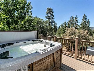 Grandpas Axe Relaxing 2BR Downtown Cottage / Hot Tub w/ Views