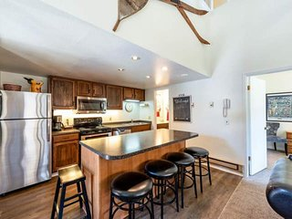 *FREE SKI RENTAL* Updated Top Floor Condo w Mountain View, Fireplace, Shuttle, H