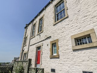 MAGISTRATES CHAMBERS, woodburning stove, lovely views, in Ingleton, Ref 980850