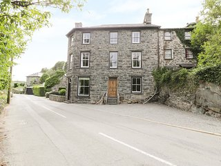 GWYNFRYN HOUSE, wonderful views, woodburning stoves, in Llanbedr, Ref 985530