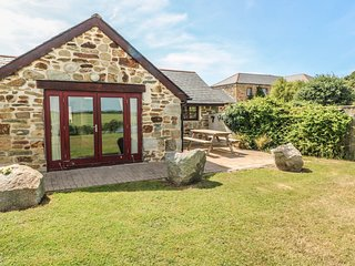 LITTLE OWL, converted barn with en-suite, near Newquay