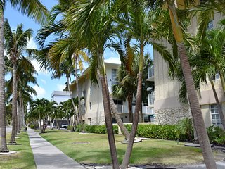 STEPS TO THE BEACH, 2BR/2BA KEY BISCAYNE PARADISE! POOL, FULL KITCHEN, PARKING!