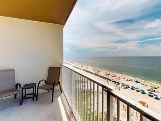 Condo right near the beach with shared pool and hot tub, free WiFi, near dining