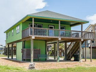 NEW LISTING! Lovely dog-friendly villa with great beach views & deck