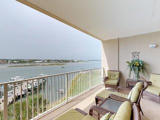 Bayfront condo w/ amazing views, shared pool & hot tub, & two balconies