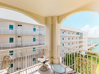 NEW LISTING! Bayfront condo w/balcony, shared hot tub & pool, lovely views