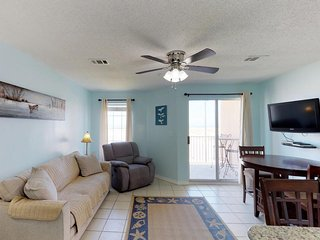 NEW LISTING! Condo w/beach access & shared pool, hot tub, near from fishing pier