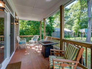 New home w/ back deck, firepit & small vineyard - near 3 beaches/Great Pond!