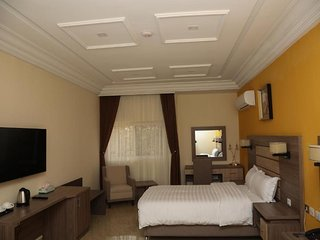 THE CONSORT SUITES (Deluxe Single Room w/ Balcony 4)