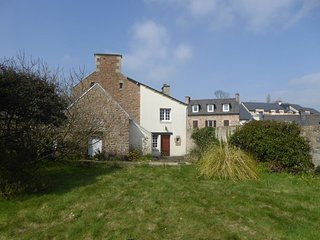 Paimpol Listed house w. garden near harbour, city centre, train station and sea.