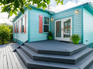Dog-friendly & newly renovated cottage, with private back deck!