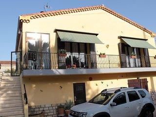 superbe appartement au 1er étage d'une villa avec accès piscine