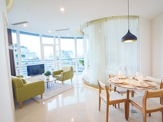 Son & Henry - EL1 - Spacious 2BR Apartment, CBD, Rooftop Pool and Sky Bar