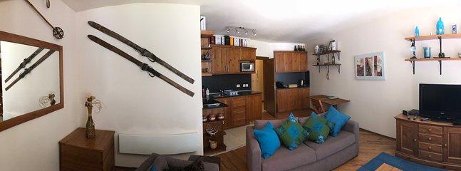 Ampio open space soggiorno e cucina / sala da pranzo. Rivolta a sud, vista sulle montagne, accesso al balcone