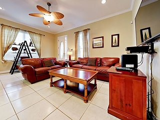 Comfortable 2BR w/ Updated Kitchen & Pool, Steps to Shore & Dining