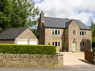 WILLOW BROOK, en-suite bedrooms, roof terrace, near Peak District National