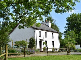 PENLON, detached farmhouse, pet-friendly, WiFi, lawned garden, near New Quay, Re