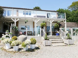 GARDEN COTTAGE, wi-fi, hot tub, garden, leisure passes.  Ref: 972580