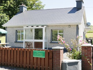 NORA'S COTTAGE, all ground floor, open fire, private patio and garden, Riverstow