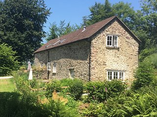Dulverton Holiday Barn with stunning views over the Exe Valley, log burner, wifi