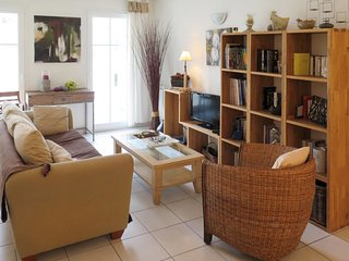 2 bedroom Apartment with WiFi and Walk to Beach & Shops - 5642388