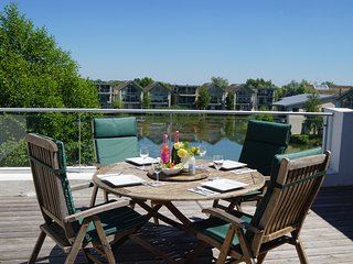 Skarv-Luxury lakeside penthouse apartment & access to award winning Spa & Pools