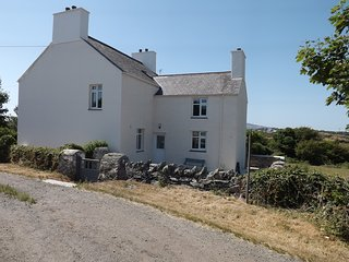 Glantraeth SECLUDED Farmhouse, Recently REFURBISHED, Enclosed Garden open fire