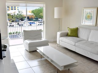 FANTASTIC 3 x 2BR APTS WITH PRIVATE BEACH ACCESS, FREE PARKING, POOL!