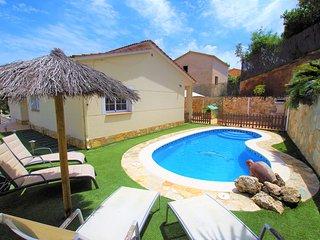 VILLA AINA,bonita casa a 7km de Lloret,piscina,barbacoa,WIFI,ideal para ninos