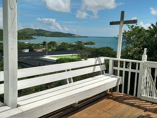 2 Bedroom House With Beautiful Water Views. Beach Accessories & WiFi Included