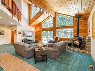 Spacious Tahoe-Donner Retreat on 5th Fairway - Walk to Ski Resort