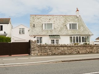 DARTANS, detached, en-suite, woodburner, dog-friendly, Penrhyn Bay, Ref 30223