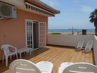 Ref 171.- Casa en 1a linea de playa, con parking, jardin, para 4 personas.