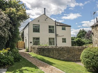 KING'S COTTAGE, exposed beams, hot tub, Smart TV, in Crakehall, Ref. 971966