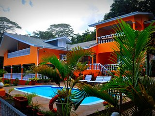 Holiday Home 18 persons, Free Wifi. Private Swimming Pool, Seaview.