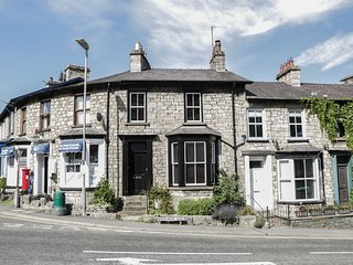 THE CORNER HOUSE, centre of Kendal, WiFi, three-storey, Ref 942138
