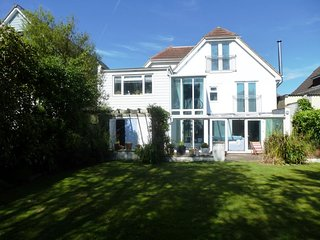 BOURNECOAST -BEAUTIFUL FAMILY HOME, 4 BATHROOMS, NEAR BEACH, SKY & SPORTS HB6150