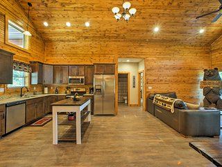 NEW! 'Brown Bear Lodge' Cabin w/Resort Amenities!