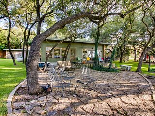 NEW LISTING! Beautiful lakefront home w/outdoor fire, patio & Netflix streaming