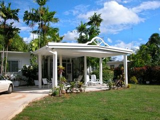 'Hideaway' Lovely Private 2 Bedroom Home Minutes from Beach