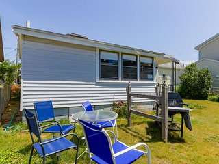 Open, airy cottage w/ small deck & yard - 1 block to the beach, walk everywhere!