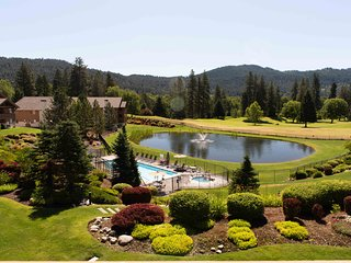 Wanderlust Pines * Mountain & Golf Views * Pool & Hot tub * Walk to Town &Parks