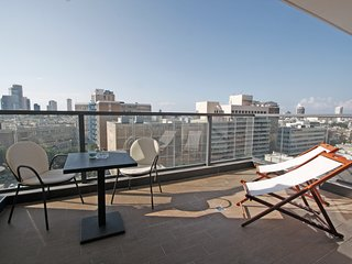 Artist's Home in TLV 2Bdr + Balcony & Parking