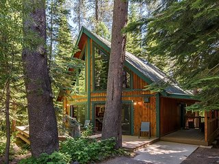 Charming 3BR Chalet w/ Fireplace & Loft - Close to Donner Lake